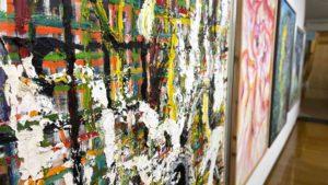 にしぴりかの美術館エントランス付近の画像。絵画が展示されている
